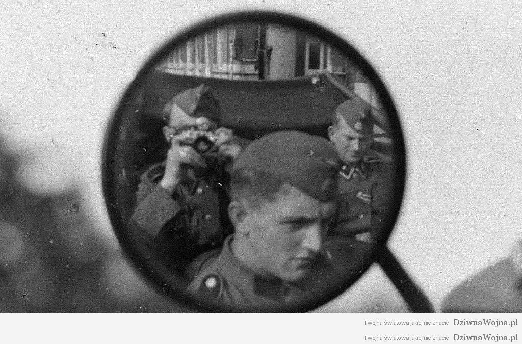 Korespondent ss niemiecki fotografuje samochod przez lusterko 1943