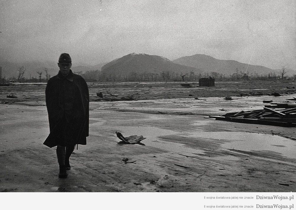 japonski zolnierz odwiedza byla baze wojskowa w hiroszimie 1945