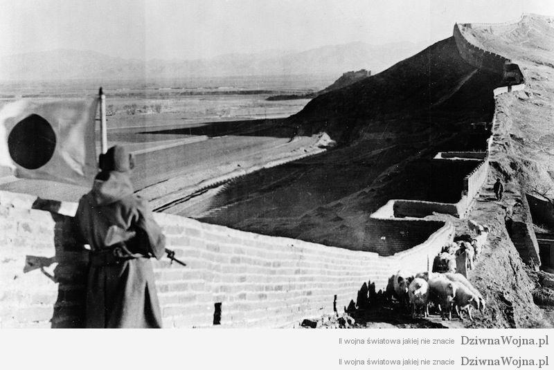 Japonski zolnierz na murze chinskim podczas drugiej wojny chinsko japonskiej