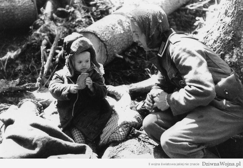 Niemiecki zolnierz czestuje chlebem mala sierote wolchow 1942