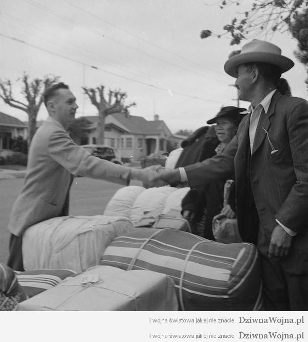 Obywatele usa zegnaja japonczykow jadacych do obozow przesiedlenczych 1942