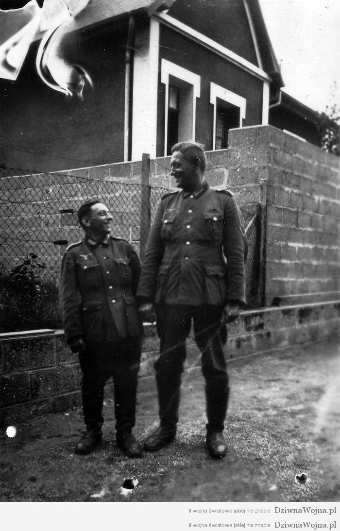 Zolnierze Wermachtu podczas spaceru ulicami Granville 1940