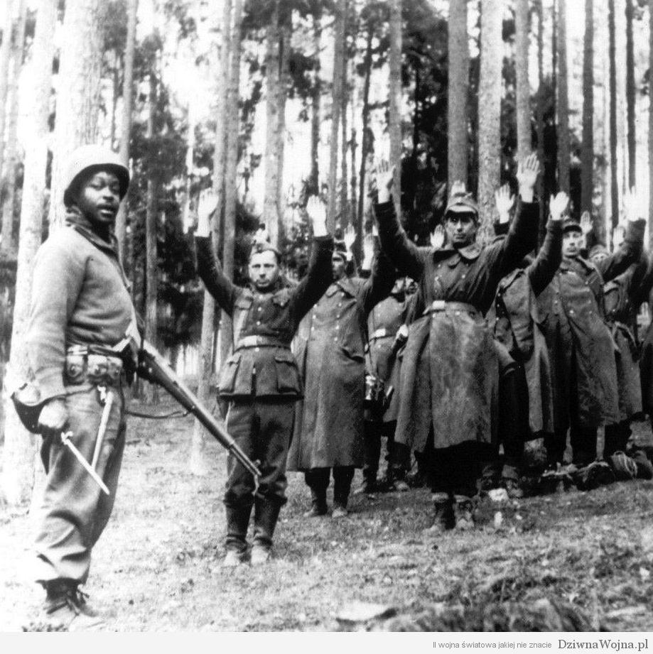 afro-amerykanski zolniez pillnujacy jenców kwiecien 1945