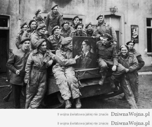 Brytyjscy zolnierze pozuja z portretem Adolfa Hitlera 1944