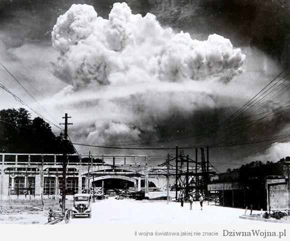 Moment wybuchu bomby atomowej zrzuconej na Nagasaki 9 sierpnia 1945