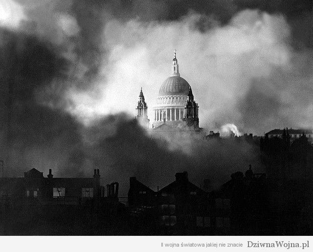 Katedra sw Pawla w Londynie podczas nalotow w 1940