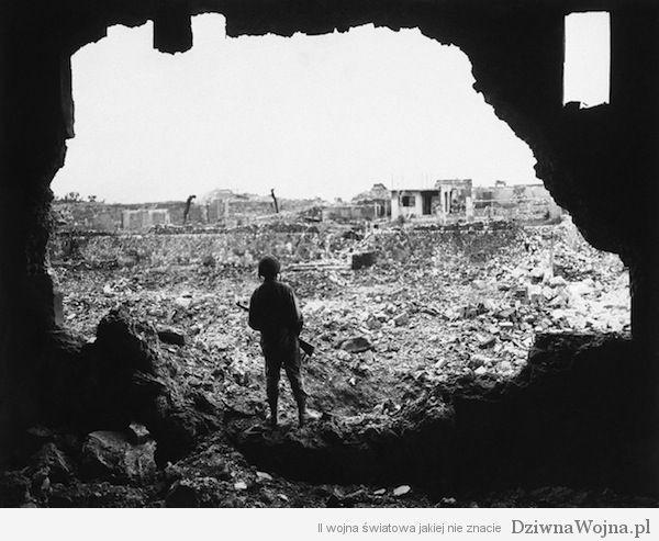 Amerykański żołnierz ogląda efekt zrzucenia bomb na Naha (Okinawa 1945)