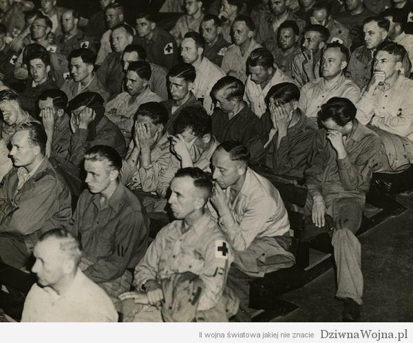Niemieccy jeńcy oglądają materiały poświęcone obozom koncentracyjnym
