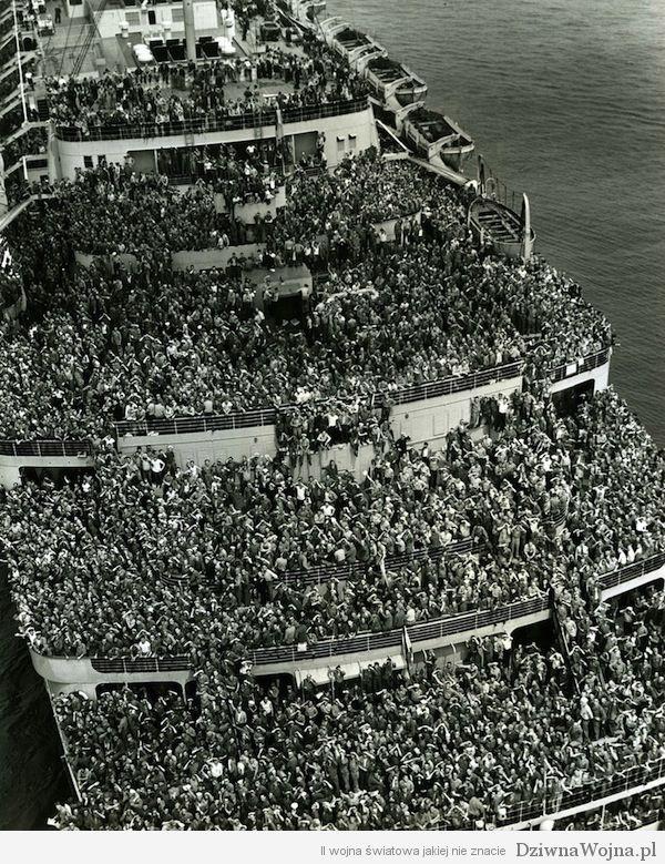 Amerykańscy żołnierze wracający do portu w Nowym Jorku po zakończeniu wojny w Europie. Maj 1945