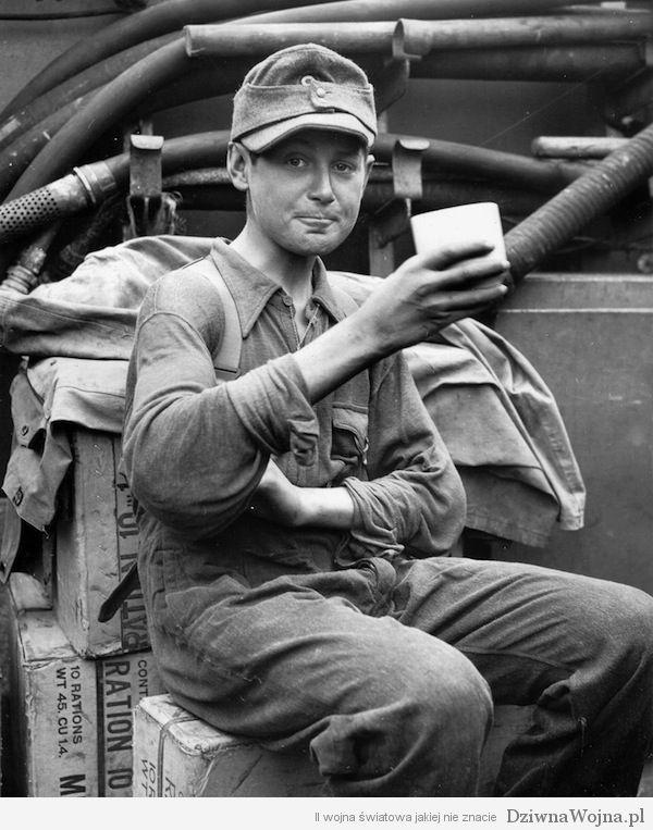 Młody niemiecki jeniec poczęstowany kubkiem kawy przez Amerykanów. Normandia 1944