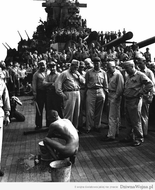 Nagi japoński jeniec czyści pokład pancernika USS New Jersey. Grudzień 1944