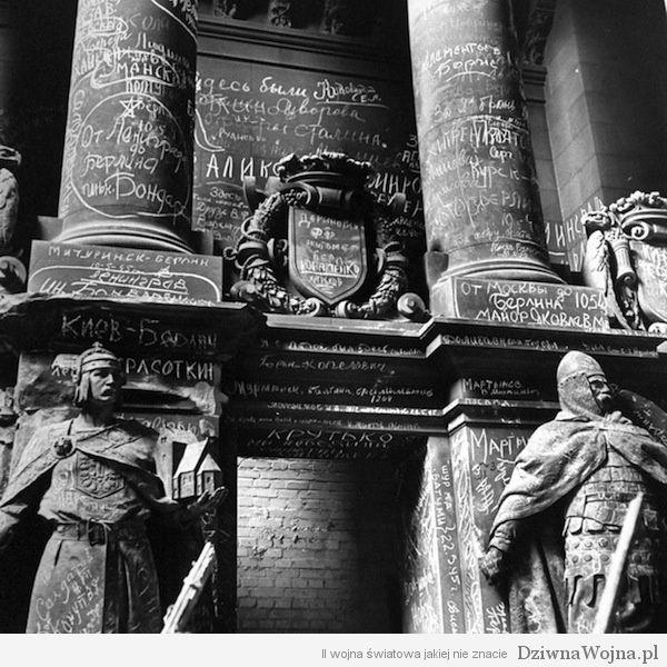 Napisy pozostawione przez żołnierzy Armii Czerwonej na budyneku Reichstagu w czerwcu 1945 roku.