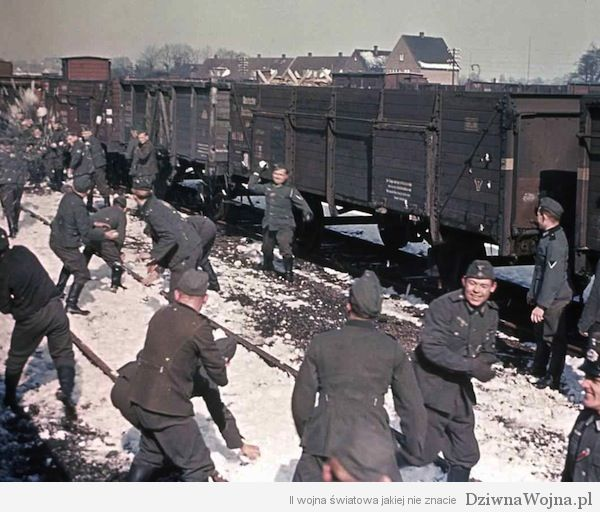 Niemieccy żołnierze korzystają z chwili rozluźnienia przeprowadzając bitwę na śnieżki. Prawdopodobnie gdzieś we Francji.