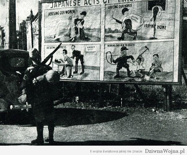Japonski zolnierz oglada anty-japonski plakat propagandowy na Filipinach 1943