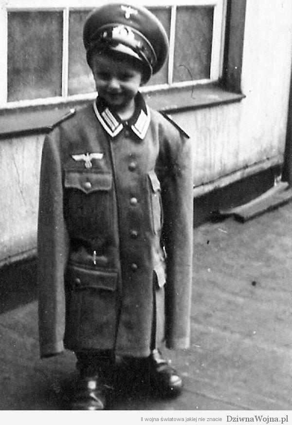 Młody Niemiec pozuje do zdjęcia w mundurze swojego ojca. (1939)