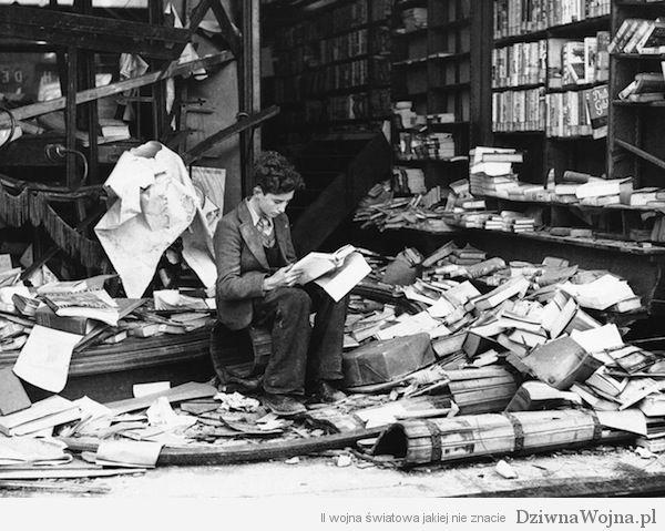 Mlody mezczyzna siedzi na ruinach ksiegarni czytajac historie miasta Londyn 1940