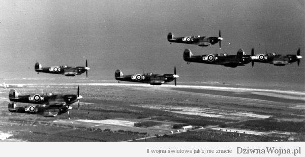 Spitfire'y Diwizjonu 318 przelatują nad Udine 1945