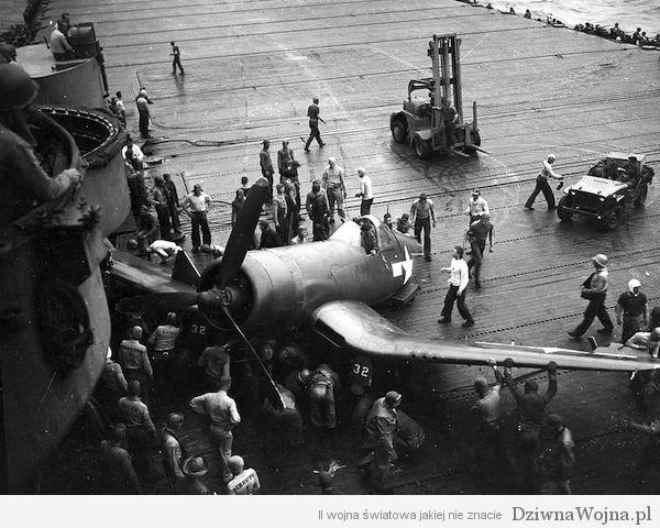 Pozbawiony ogona Vought F4U Corsair na pokładzie lotniskowca USS Shangri-La (1945)