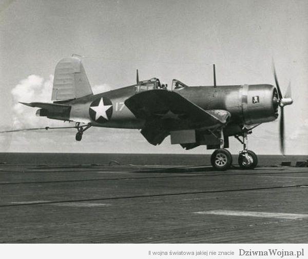 Vought F4U Corsair złapany na pokładzie lotniskowca. 1943