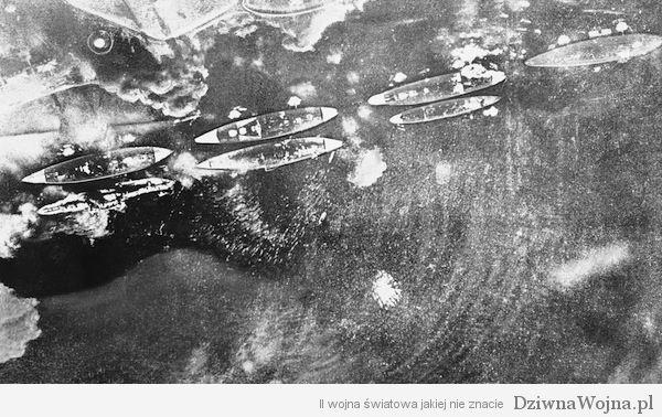 Zdjęcie wykonane z pokładu japońskiego samolotu podczas pierwszych chwil ataku na Pearl Harbour 7 grudnia 1941