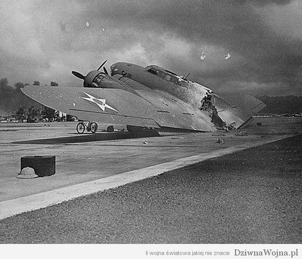 Wrak bombowca B-17C w bazie Hickam Field na Hawajach 1941