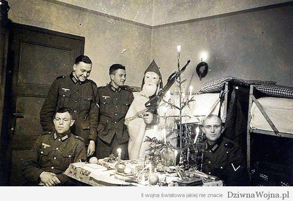 Wojskowy Mikokaj wizytuje koszary 1939