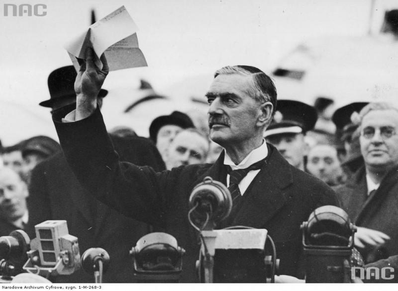 Neville Chamberlain na lotnisku Heston po powrocie z Monachium, 30 września 1938