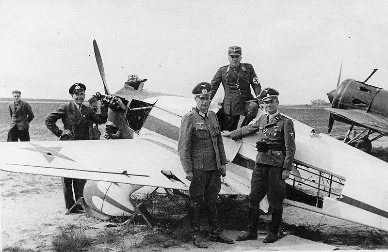 800px-Operation_Barbarossa_-_Germans_inspect_Russian_plane