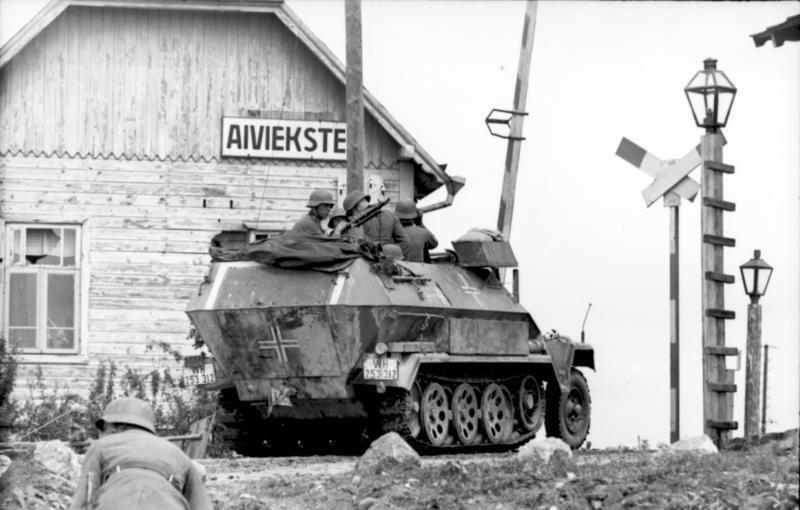 Bundesarchiv_Bild_101I-209-0063-12,_Lettland,_Aiviekste,_Schützenpanzer_vor_Bahnübergang