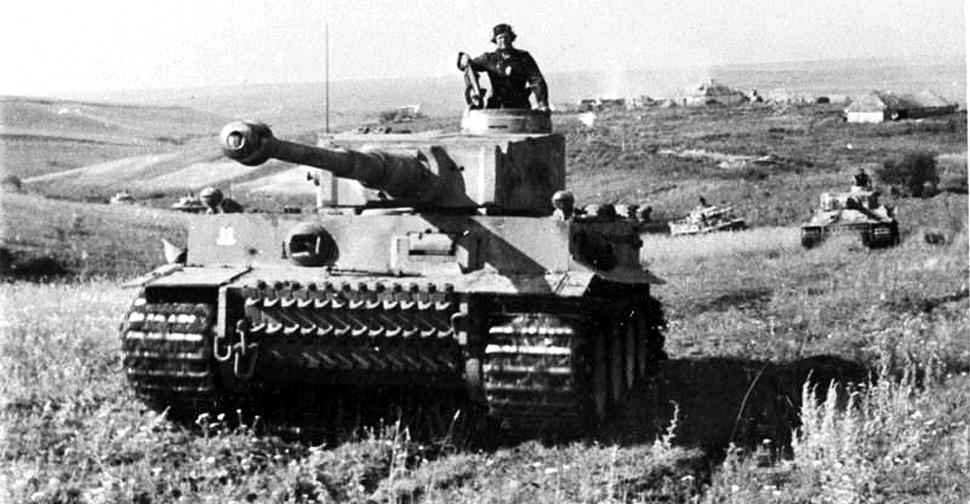 """Tygrysy z dywizji pancernej Waffen-SS """"Rzesza"""" w czasie Bitwy na Łuku Kurskim. Lipiec 1943 r. (fot. Bundesarchiv/Wikimedia Commons / Friedrich Zschäckel)"""