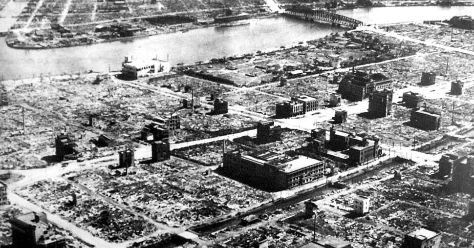 Dzielnica mieszkalna Tokio niemal kompletnie zniszczona przez amerykańskie bombardowanie (fot. Wikimedia Commons)