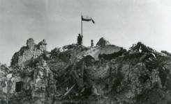Polska flaga nad Monte Cassino
